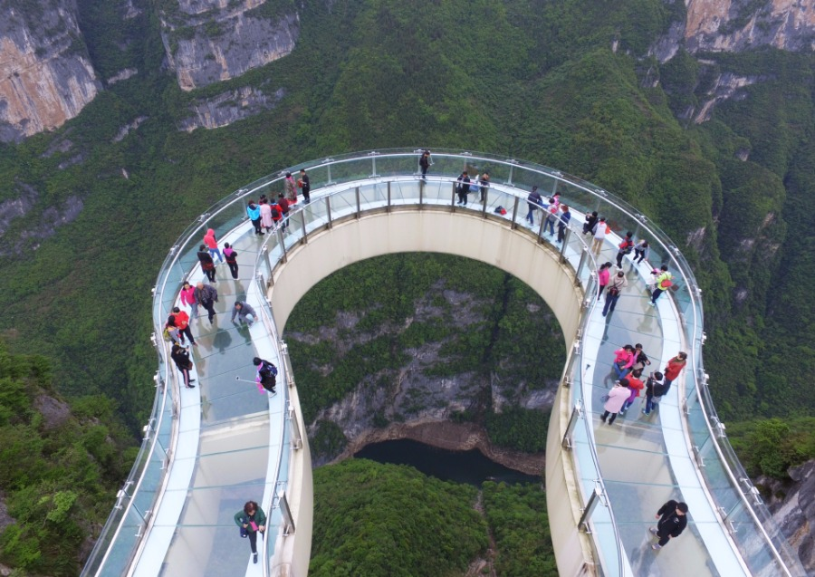 Tourists-Go-Sightseeing-on-Cantilever-Bridge-in-Longgang-1
