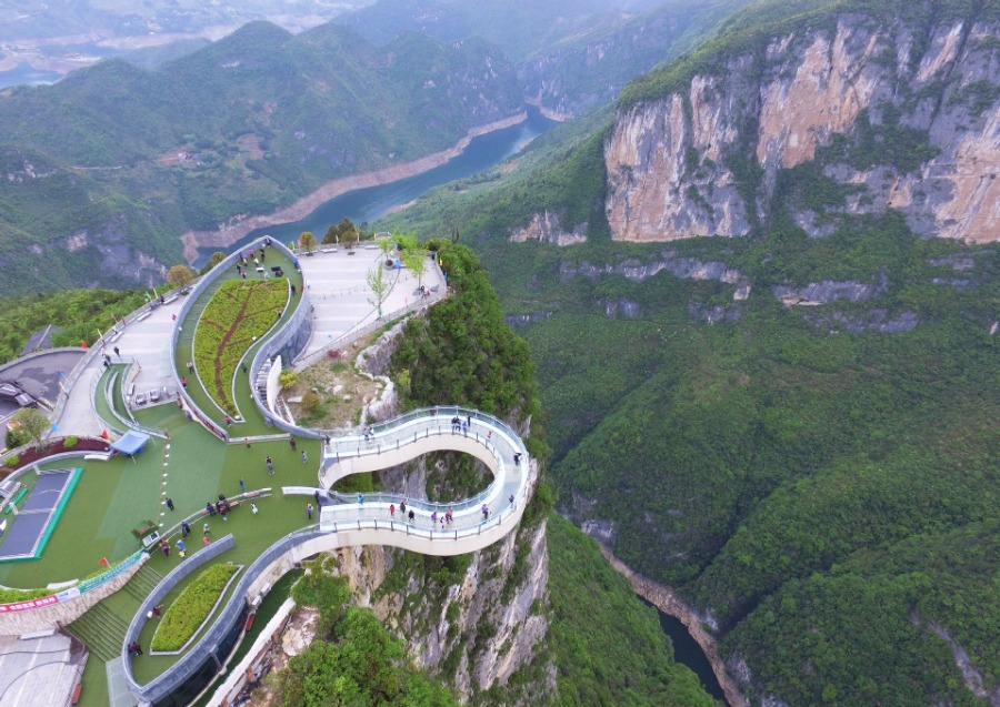 Tourists-Go-Sightseeing-on-Cantilever-Bridge-in-Longgang-2