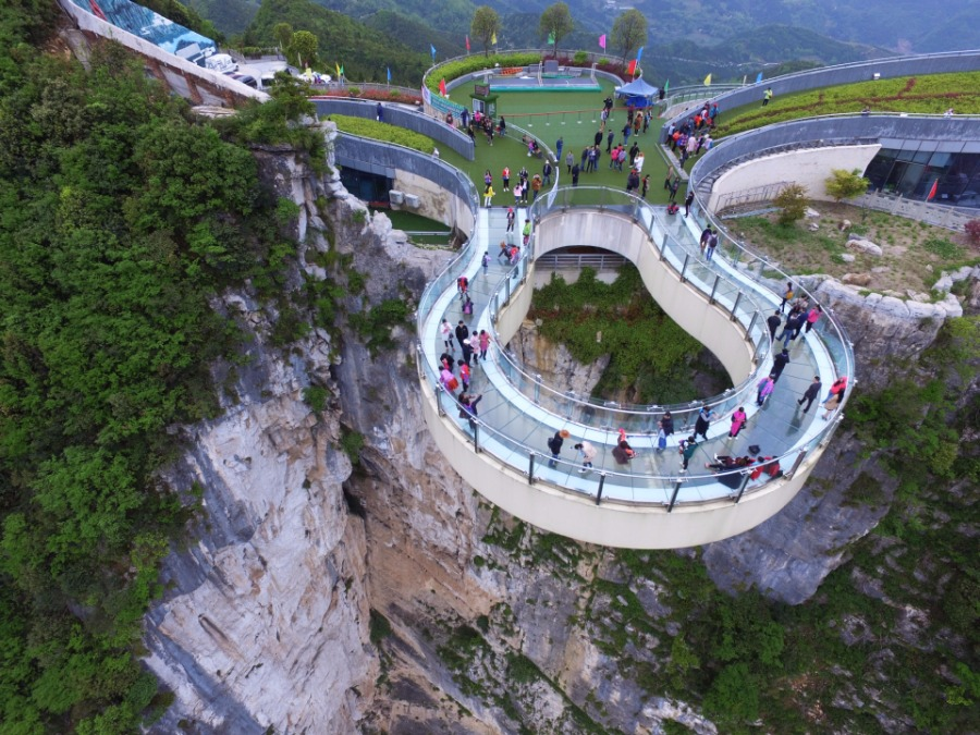Tourists-Go-Sightseeing-on-Cantilever-Bridge-in-Longgang-3